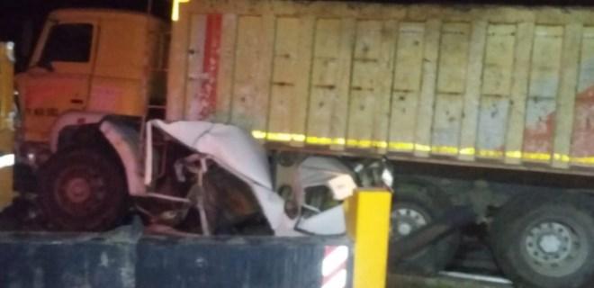 Kamyonun altında kalan otomobildeki 2 kişi öldü!