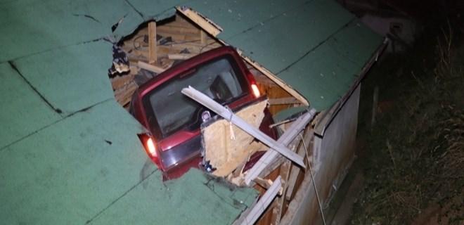 Kanepede uyurken çatıdan araç girdi!