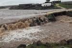 Diyarbakır'da sel, bir köyü ikiye böldü!..