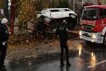 İstanbul'da servis minibüsü ağaca çarpıp, devrildi!