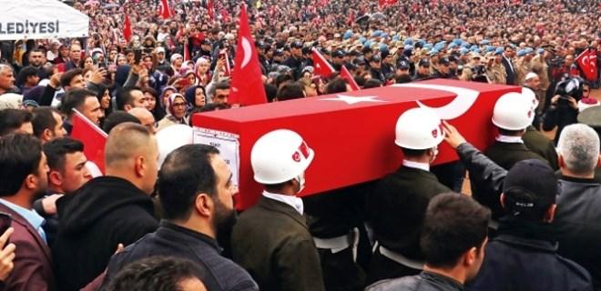 Çocukların arasına gizlenip Mehmetçiğe el bombası attılar!