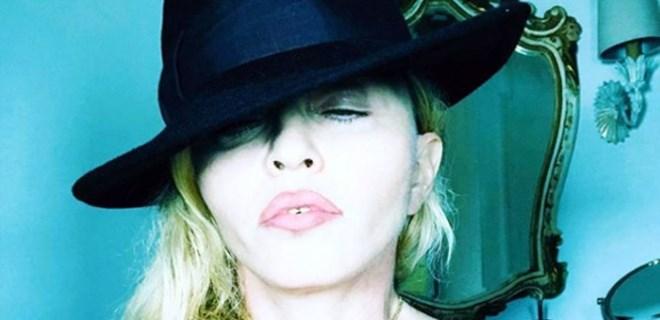 Madonna'dan üstsüz selfie!