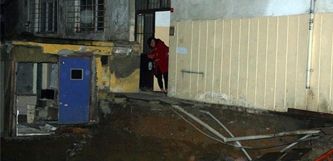 İstanbul'da bir binanın giriş merdiveni çöktü!