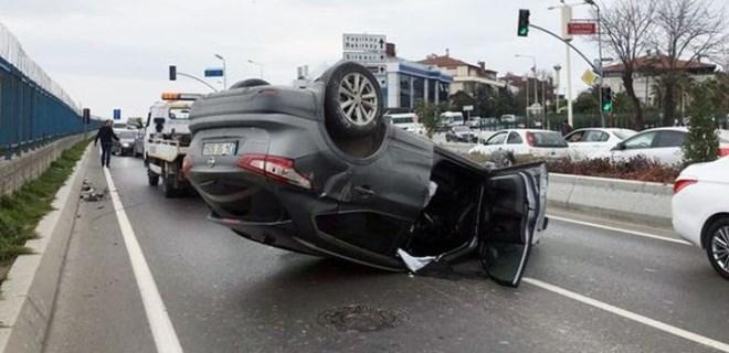 Bakırköy'de araç takla atıp ters döndü!