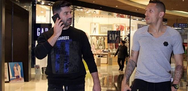 Adriano menajeriyle spor mağazalarını gezdi