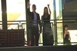 Özcan Deniz ve eşi gazetecileri böyle selamladı
