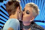 Katy Perry'nin tepki toplayan öpücüğü!