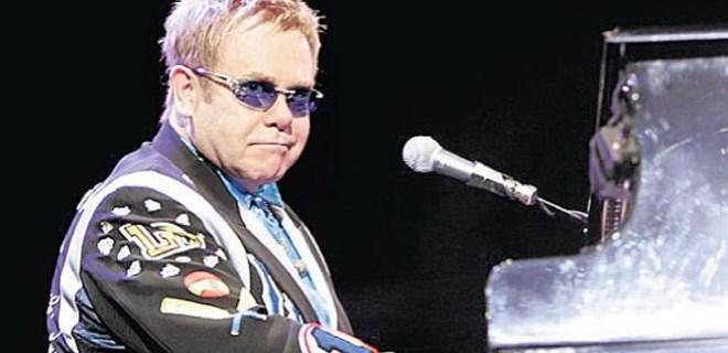Elton John küfür ederek sahneyi terk etti!
