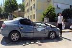 İzmir'de vinç otomobilin üzerine düştü!
