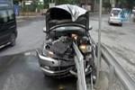 Motosikletlinin sıkıştırdığı otomobil bariyerlere ok gibi saplandı!