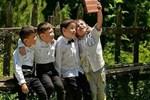 Sosyal medya öğrencilerin tuğla ile selfiesini konuşuyor