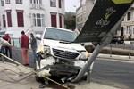 Arnavutköy'de kontrolden çıkan araç ortalığı birbirine kattı!