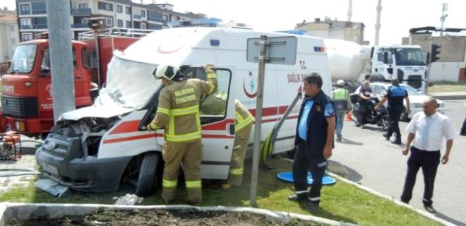 Yaralı taşıyan ambulans kaza yaptı