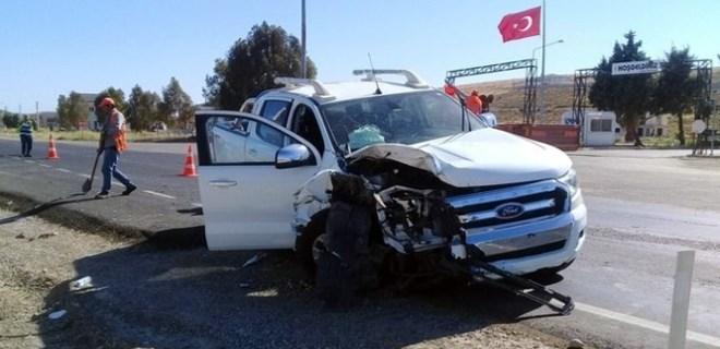 İzmir'de otomobil ile kamyonet çarpıştı!