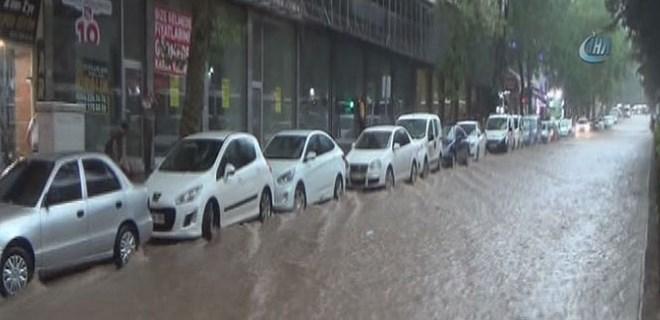 Kahramanmaraş'ta sele dönüşen yağışlar hayatı felç etti