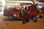 Belediye aracına çarptı, şoför mahallinde sıkıştı