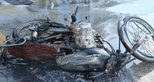 Trafiğe kızdı, motosikletini yaktı!