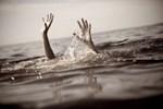 Alabora olan teknedeki aileyi kurtarmaya çalışan balıkçı boğuldu