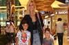 Manken ve sunucu Çağla Şıkel, geçtiğimiz gün çocuklarıyla birlikte Zorlu Alışveriş Merkezi'nde...