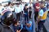İstanbul E-5 karayolu Sefaköy mevkiinde emniyet şeridinden giden otomobildeki şahıslarla tartışan...