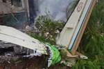 Hindistan'da şehrin göbeğine uçak düştü!