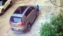 Annesi aracıyla oğlunun üzerinden geçti