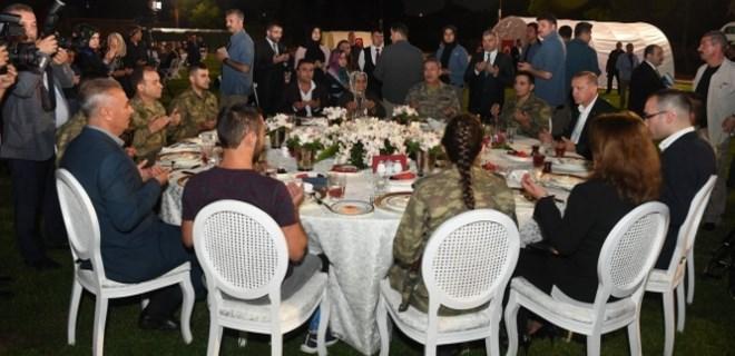 Cumhurbaşkanı Erdoğan, Mehmetçikle iftar yaptı