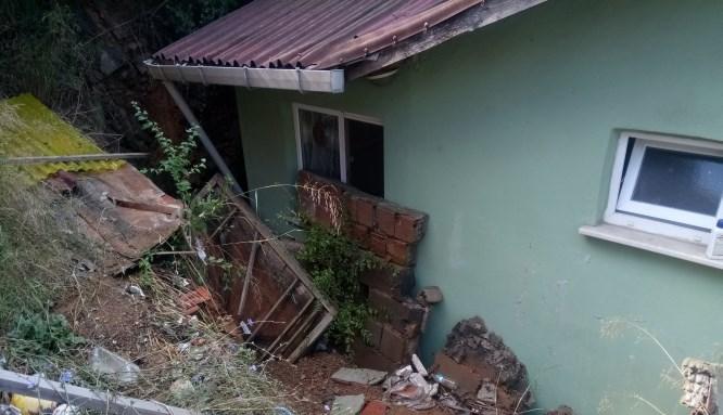 Beykoz'da yağmur sonrası duvar çöktü