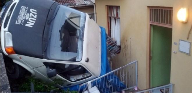 Yokuş aşağı kayan kamyonet eve girdi!