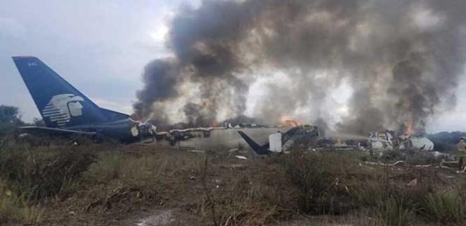Meksika'da yolcu uçağı düştü!