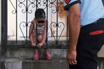 Kafası korkuluklara sıkışan çocuğu itfaiye kurtardı