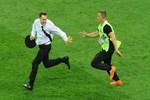 Dünya Kupası finalinde sahaya giren aktivist komada