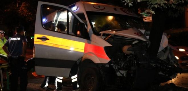 Şişli'de hasta taşıyan ambulans kaza yaptı