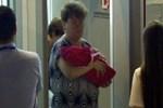Yeni doğan bebeğini satarken yakalandı!