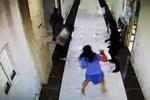 Polisin elinden kaçıp kadın katibin saç derisini kopardı!