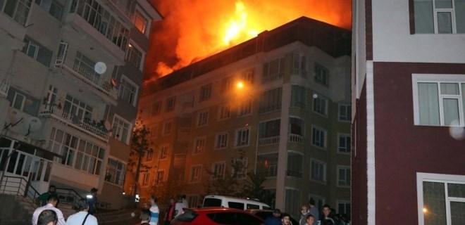 Çatı yangını 5 daireyi kullanılamaz hale getirdi!