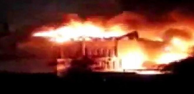 Basra'da protestocular valilik binasını ateşe verdi!