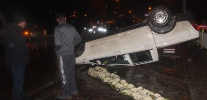 Kaza yapan sürücüye yardıma gidenlere otomobil çarptı
