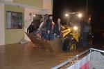 Su baskınında mahsur kalan aile kepçeyle kurtarıldı