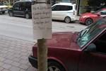 Yolda bulduğu paranın sahibini ağaca astığı ilanla arıyor