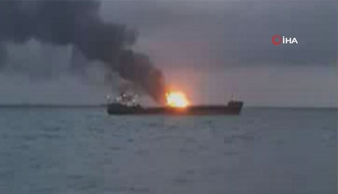 Kerç Boğazı'nda iki gemide yangın