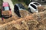 Kuşadası'nda istinat duvarı çöktü, araçlar altında kaldı!