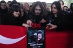 Usta oyuncu Ayşen Gruda gözyaşlarıyla uğurlandı