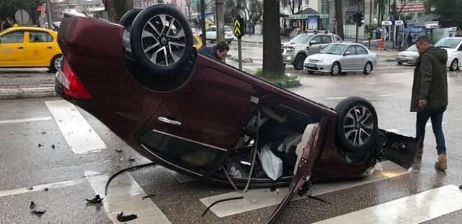 Bursa'da kaldırıma çarpan araç takla attı