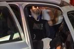Bariyerlere saplanan otomobilde kurtarılmayı bekledi
