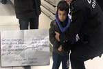 Küçük çocuk üzerinde notla annesi tarafından terk edildi