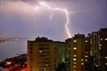 Art arda düşen yıldırımlar İzmir'i aydınlattı
