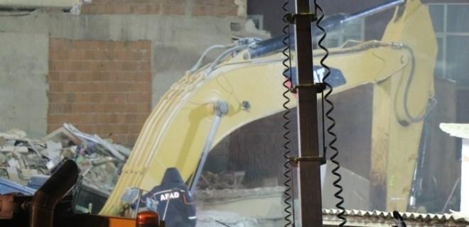 Kartal'da çöken binada enkaz kaldırma çalışmaları sürüyor
