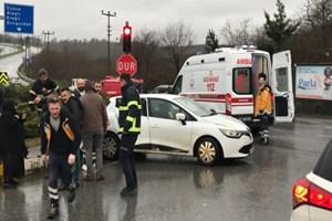 Düzce'de ambulans otomobille çarpıştı