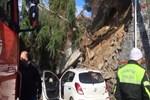 Beykoz'da duvar çöktü, iki araç altında kaldı!
